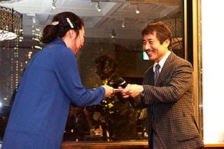 表彰を受けるスタッフの写真