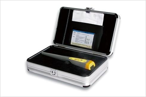 ガンマファインダー®を保管ケースに収納している写真
